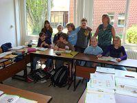 Hier sehen wir Frau Mönning mit Ihren Schützlingen bei der Arbeit im Fach Englisch.