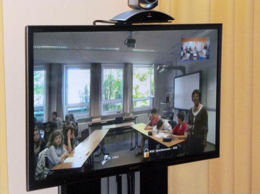 Der Klassenraum im NIGE in Esens war zum Greifen nah (rechts: Englischlehrerin Barbara Glittenberg).
