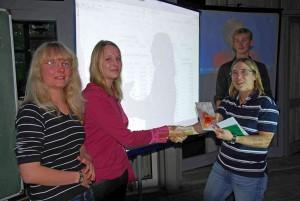 Mariana Hubert und Tabea Martens erhalten  Preise. Im Hintergrund ist Marian Voss zu sehen.