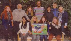 Seit mehr als vier Jahren erforschen Schüler des NIGE unter Leitung von Axel Heinze (2. v. I.) und Neels Determann (hinten Mitte), im Bild mit Schulleiterin Petra Palenzatis (r.), Pingo-Ruinen in Ostfriesland. Dafür wurden sie 2012 und 2013 mit dem Umweltpreis der Sparda-Bank Münster ausgezeichnet.