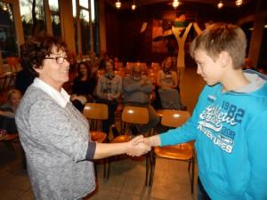 g Kea Haage, Heimatverein, verleiht den 1. Preis an Jannik Janssen